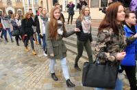 Studniówki 2019 - Polonez na Rynku w Opolu - 8278_poloneznarynku_24opole_088.jpg