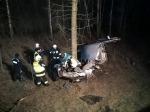 Volkswagen uderzył w drzewo. 18-latek w szpitalu.