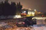Kierowca opla wjechał wprost pod szynobus, po czym uciekł