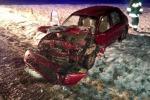 Czołowe zderzenie ciężarówki z samochodem osobowym