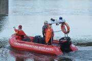 Zwłoki wyłowione z Odry. Brzescy strażacy wyciągali ciało ponad godzinę - 20171020210313_zweoki_mczyzny_w_odrze_3.jpg
