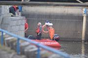 Zwłoki wyłowione z Odry. Brzescy strażacy wyciągali ciało ponad godzinę - 20171020210313_zweoki_mczyzny_w_odrze_4.jpg