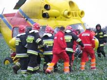 Kierującą samochodem 19-latkę, zabrano helikopterem do szpitala. Po północy kobieta zmarła. <i>(fot: JM)</i>