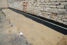 Trwa też izolacja fundamentów obiektu.