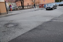 Zapadnięte studzienki, dziury w nawierzchni i zbyt duże uskoki na łączeniach asfaltu - Lang Team nie dopuści aby kolarze jeździli po takich ulicach.