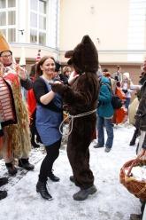 Zgodnie z tradycją taniec z niedźwiedziem zapewnia szczęście i dobrobyt na całym rok. <i>(Fot: Piotr)</i>