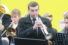 """- Wszyscy się nami bardzo interesują podczas naszych objazdowych występów - mówi Andrzej Torbus, który w """"kolejowej orkiestrze"""" gra na trąbce.<i>(Fot: Dżacheć)</i>"""
