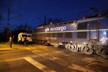 Kierowca busa wjechał wprost pod pociąg towarowy