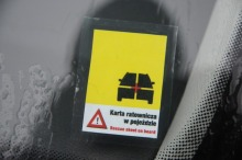 Żółta naklejka na szybie informuje, że w aucie jest karta ratownicza.