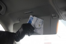 Karta powinna być przechowywana w foliowej koszulce za osłoną przeciwsłoneczną kierowcy.