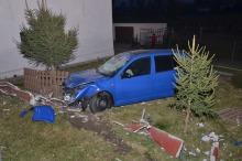 Volkswagen staranował ogrodzenie posesji w Ptakowicach