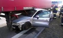 Audi wjechało wprost pod naczepę ciężarówki