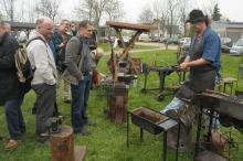 Dla odwiedzających imprezę przygotowano m.in pokazy kucia żelaza.