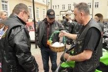 Wielkanocnym jajeczkiem częstował Krzysztof Kawałko, na co dzień wiceprezydent Opola, a dziś - jak podkreśla - po prostu motocyklista.