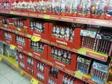 Mikołaje obok zniczy. W sklepach widać już Boże Narodzenie.