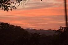 Zachód słońca nad dżunglą oglądany z wysokości kilkudziesięciu metrów to niezapomniane przeżycie.