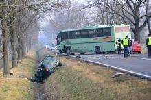 Opel zderzył się z autobusem. Kierowca samochodu nie żyje.