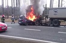 Samochód wbił się w ciężarówkę i stanął w ogniu. Jego kierowca nie żyje.