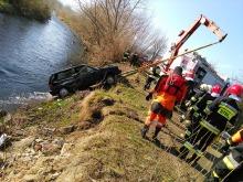 Uciekając przed policją wpadli autem do rzeki