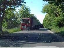 Czołowe zderzenie samochodu z ciężarówką. Zobacz moment wypadku na filmie!