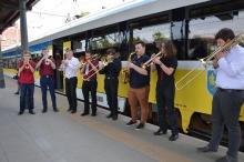 Niezwykły pociąg - Opolski Ekspres Dęty - odjechał z peronu 1