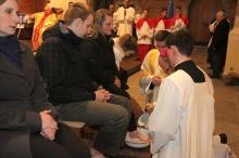 Symbolicznego obmycia nóg dokonywał dziś w opolskiej katedrze bp. Andrzej Czaja.<i> (Fot. Enay)</i>