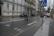 Kierowcy i piesi skarżą się na niewidoczne na ulicach pasy