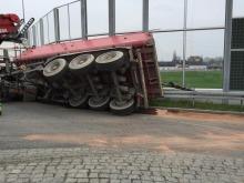 Ciężarówka z naczepą przewróciła się na rondzie