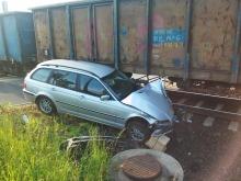 Samochód wjechał pod pociąg towarowy