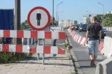 Piesi łamią przepisy przechodząc przez most na ul. Niemodlińskiej