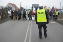 Blokada drogi w Czarnowąsach trwa. Będzie petycja do wiceministra Jakiego.