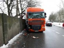 Zderzenie na ul. Rejtana. Ciężarówka uderzyła w betonowy mur.