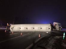 Samochód ciężarowy zahaczył o taśmociąg i zablokował trasę Opole-Krapkowice