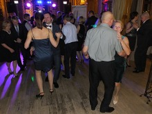 """30 par bawiło się na charytatywnym balu wspierając hospicjum """"Betania"""""""
