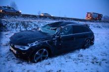 Laweta wioząca samochód wypadła z autostrady