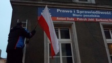 """Działacze KOD """"wyprali"""" flagę z biura Patryka Jakiego"""