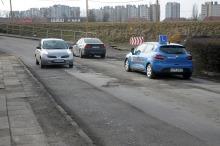 Kierowcy skarżą się na dziurawą drogę przy kładce
