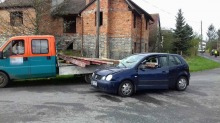 Stalowa szyna przebiła auto. Kierowca cudem przeżył.