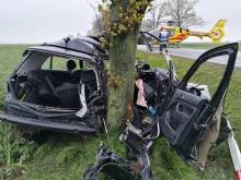 Volkswagen rozbił się na drzewie. Jedna osoba nie żyje.