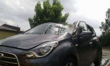 Na samochód spadło drzewo. Ranny kierowca