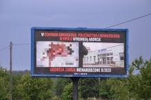 Drastyczny billboard antyaborcyjny w Dąbrowie. Sprawę bada policja.