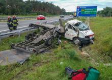 Kierowca lawety zasnął na autostradzie i zjechał z drogi