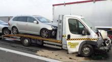 Zasnął za kierownicą, uderzył w samochód obsługi autostrady
