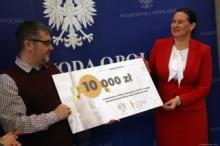 Pomnik ofiar katastrofy smoleńskiej stanie przed Urzędem Wojewódzkim w Opolu