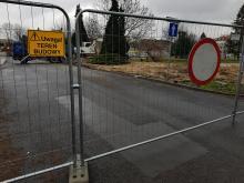 Przed Teatrem Kochanowskiego rozpoczęły się prace. Droga jest zamknięta.