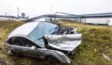 Ford staranował barierki i wypadł z drogi. Święta co raz bliżej, jedźmy spokojnie