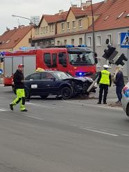 Taksówkarz zakończył jazdę rozbijając słup sygnalizacji świetlnej. Jedna osoba ranna