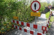 Kładka pod mostem kolejowym grozi zawaleniem?