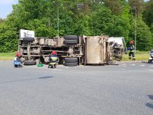 Śmieciarka wywróciła się na rondzie Szczakiela w Opolu, są utrudnienia