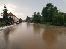 Blisko 80 strażaków odpompowywało wodę po ulewie w Rusocinie (pow. nyski)